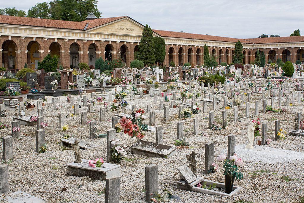 Cinitero https://upload.wikimedia.org/wikipedia/commons/d/dc/Cimitero_Maggiore-8.jpg