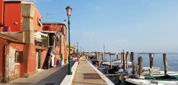 Pellestrina: fishermen, bikes and shells decorations