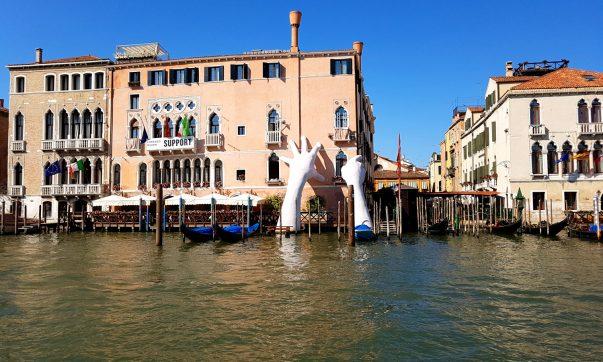 Gondola ferry: a cheap gondola ride in Venice